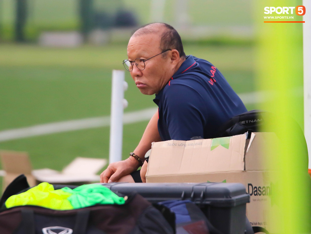 HLV Park Hang-seo đột kích buổi tập của U22 Việt Nam, thủ thành điển trai Phan Văn Biểu sẵn sàng cạnh tranh suất bắt chính ở SEA Games với Bùi Tiến Dũng - Ảnh 3.