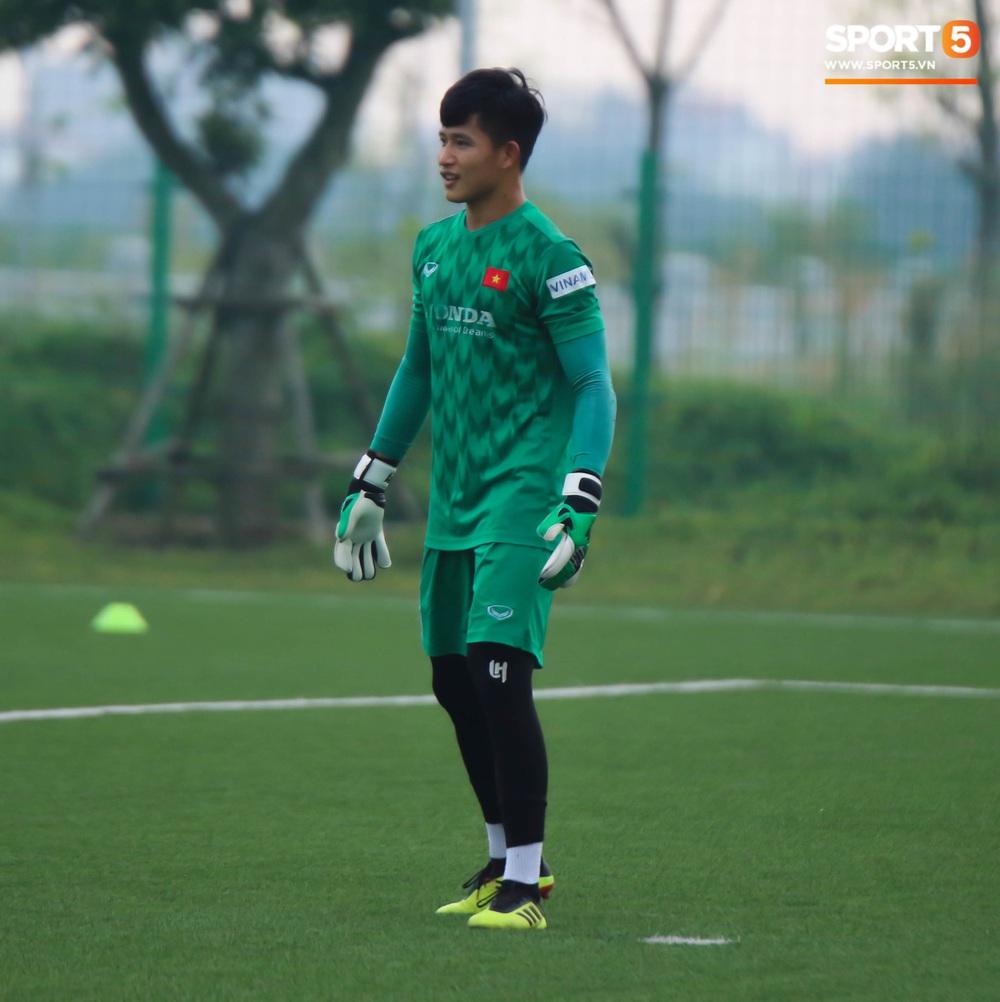HLV Park Hang-seo đột kích buổi tập của U22 Việt Nam, thủ thành điển trai Phan Văn Biểu sẵn sàng cạnh tranh suất bắt chính ở SEA Games với Bùi Tiến Dũng - Ảnh 5.