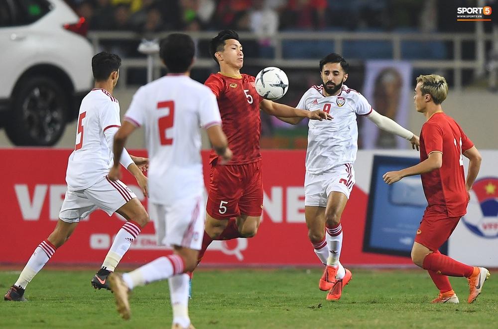 Văn Hậu hóa người khổng lồ, đè bẹp các cầu thủ UAE trong cuộc đọ sức tại Vòng loại World Cup 2022 - Ảnh 5.