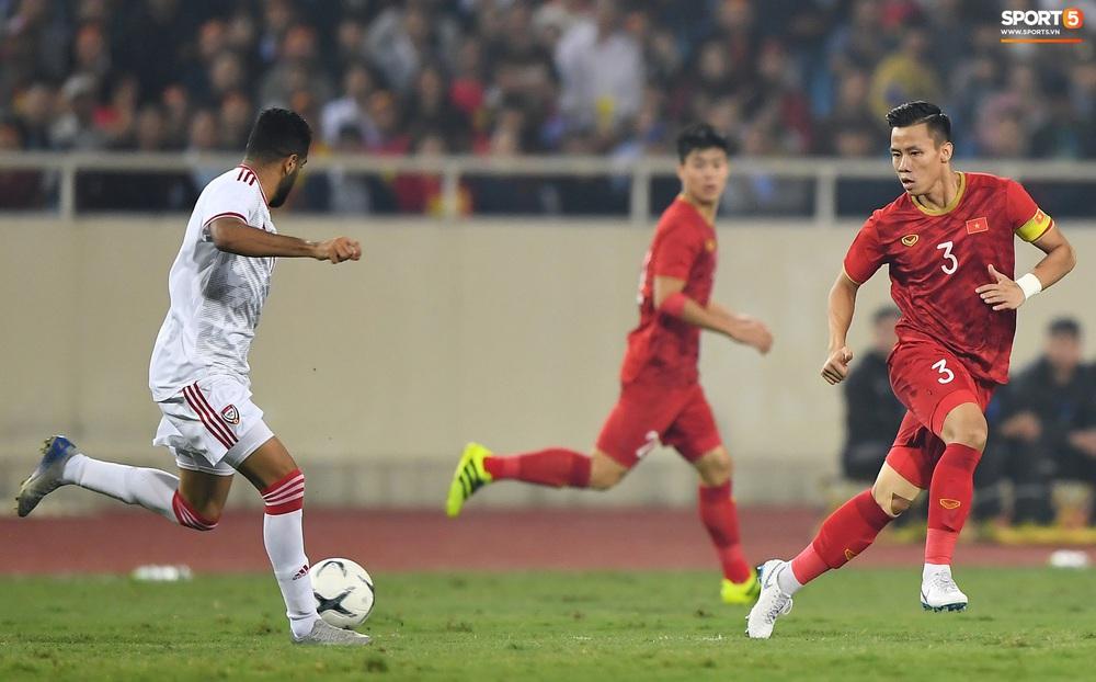 Văn Hậu hóa người khổng lồ, đè bẹp các cầu thủ UAE trong cuộc đọ sức tại Vòng loại World Cup 2022 - Ảnh 1.