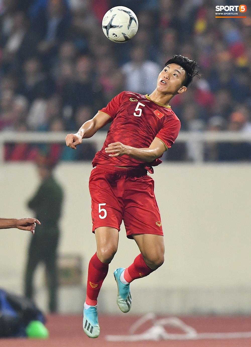 Văn Hậu hóa người khổng lồ, đè bẹp các cầu thủ UAE trong cuộc đọ sức tại Vòng loại World Cup 2022 - Ảnh 9.