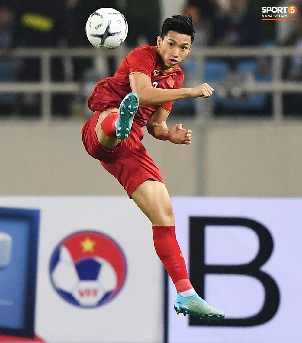 Văn Hậu hóa người khổng lồ, đè bẹp các cầu thủ UAE trong cuộc đọ sức tại Vòng loại World Cup 2022 - Ảnh 3.