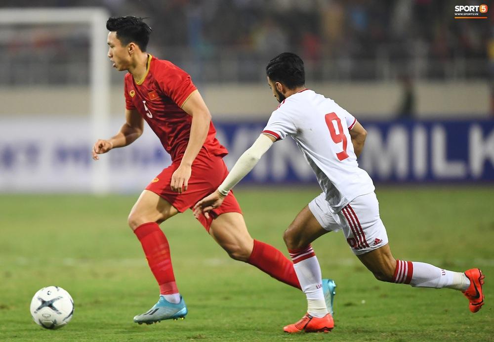 Văn Hậu hóa người khổng lồ, đè bẹp các cầu thủ UAE trong cuộc đọ sức tại Vòng loại World Cup 2022 - Ảnh 4.