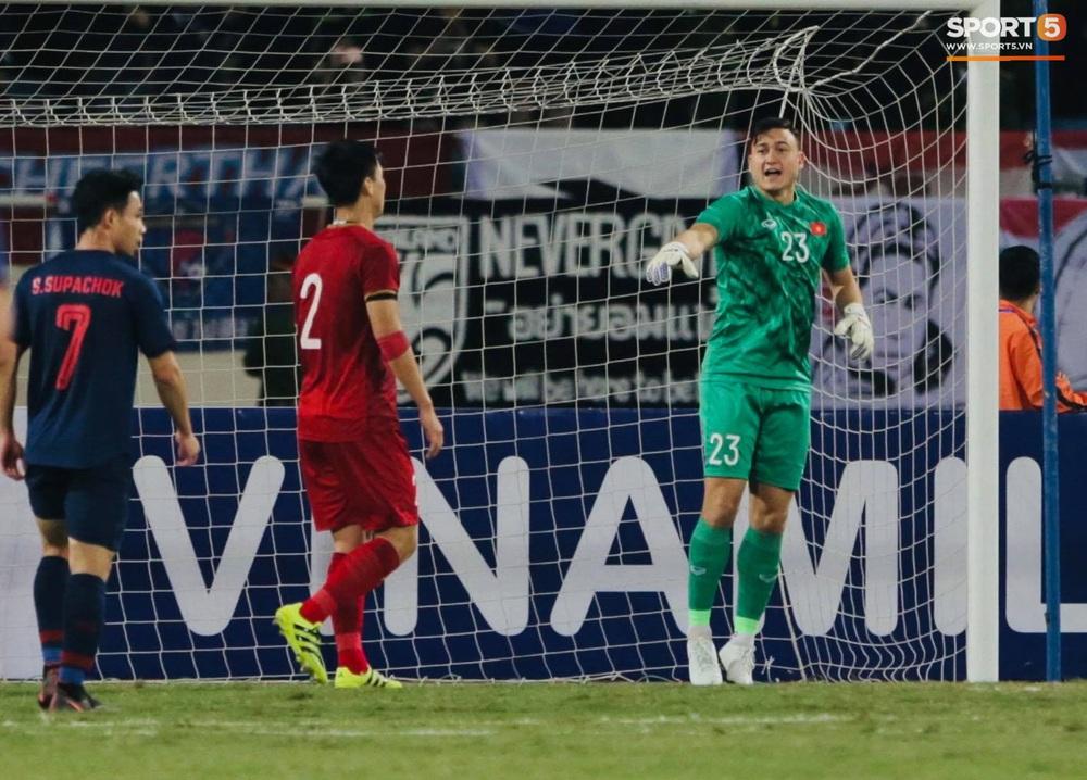 Ngầu như Đặng Văn Lâm: Xuất thần cản phá quả penalty định mệnh, xốc lại tinh thần đồng đội khiến cả sân Mỹ Đình sôi sục - Ảnh 9.