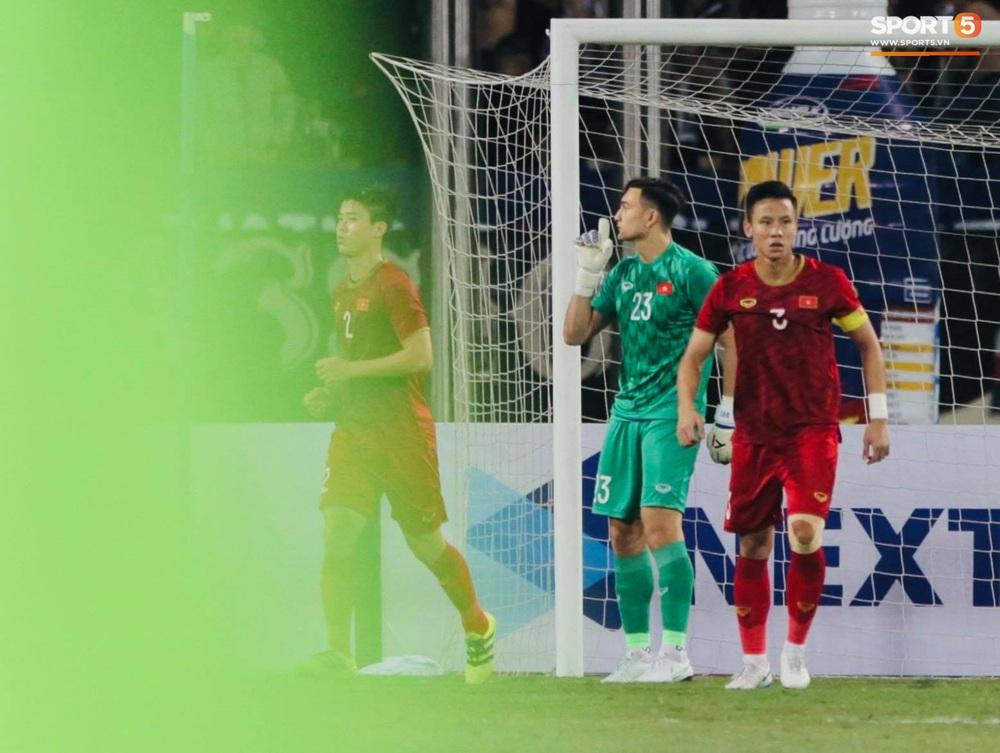 Ngầu như Đặng Văn Lâm: Xuất thần cản phá quả penalty định mệnh, xốc lại tinh thần đồng đội khiến cả sân Mỹ Đình sôi sục - Ảnh 5.