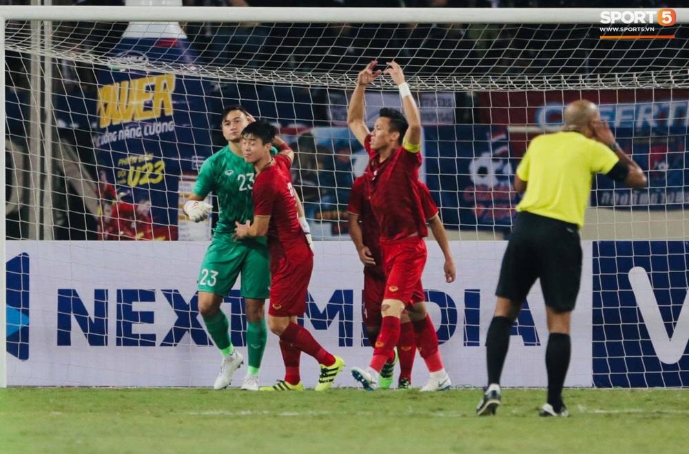 Ngầu như Đặng Văn Lâm: Xuất thần cản phá quả penalty định mệnh, xốc lại tinh thần đồng đội khiến cả sân Mỹ Đình sôi sục - Ảnh 8.