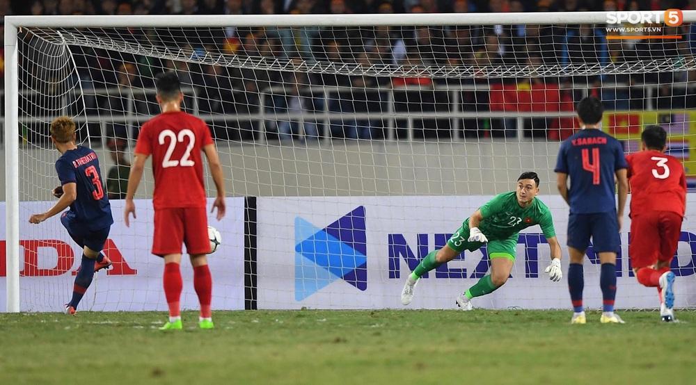 Ngầu như Đặng Văn Lâm: Xuất thần cản phá quả penalty định mệnh, xốc lại tinh thần đồng đội khiến cả sân Mỹ Đình sôi sục - Ảnh 2.