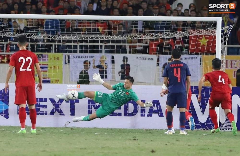 Ngầu như Đặng Văn Lâm: Xuất thần cản phá quả penalty định mệnh, xốc lại tinh thần đồng đội khiến cả sân Mỹ Đình sôi sục - Ảnh 3.