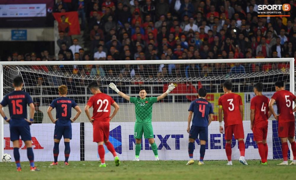 Ngầu như Đặng Văn Lâm: Xuất thần cản phá quả penalty định mệnh, xốc lại tinh thần đồng đội khiến cả sân Mỹ Đình sôi sục - Ảnh 1.