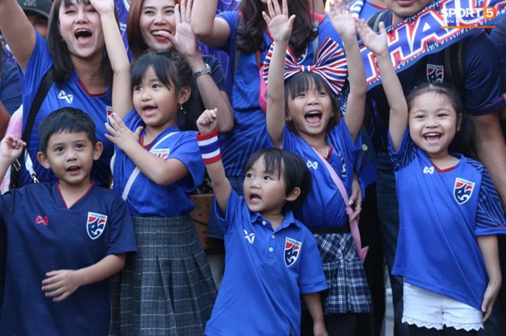 CĐV Thái Lan đốt pháo sáng mù mịt, tập trung hát hò huyên náo bên ngoài khách sạn tuyển Việt Nam - Ảnh 16.