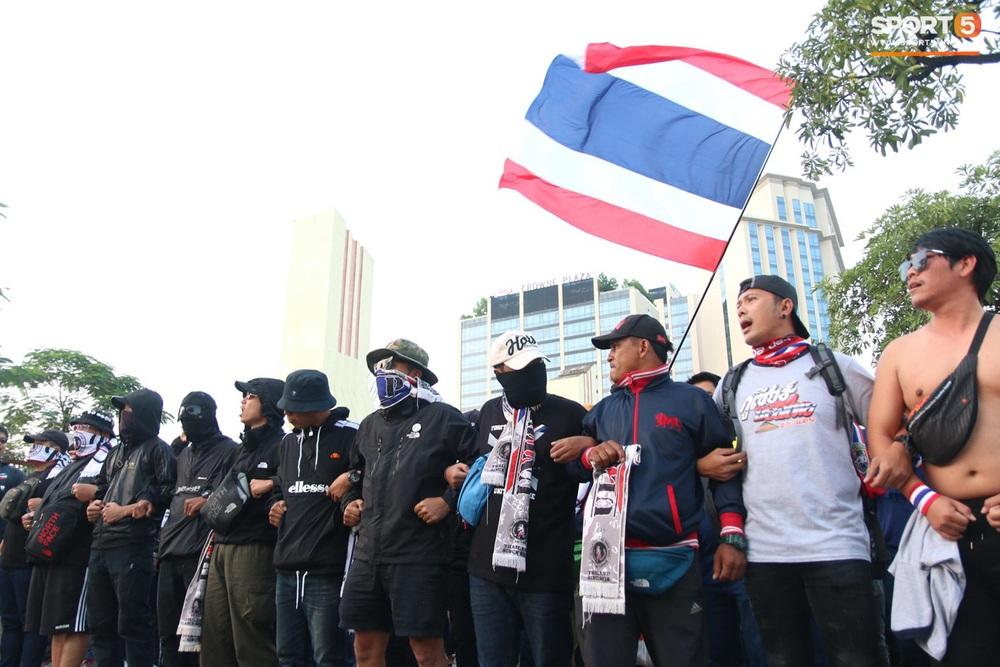 CĐV Thái Lan đốt pháo sáng mù mịt, tập trung hát hò huyên náo bên ngoài khách sạn tuyển Việt Nam - Ảnh 7.
