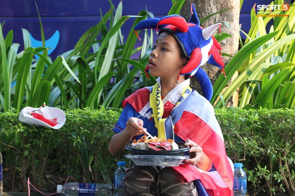 CĐV Thái Lan đốt pháo sáng mù mịt, tập trung hát hò huyên náo bên ngoài khách sạn tuyển Việt Nam - Ảnh 14.