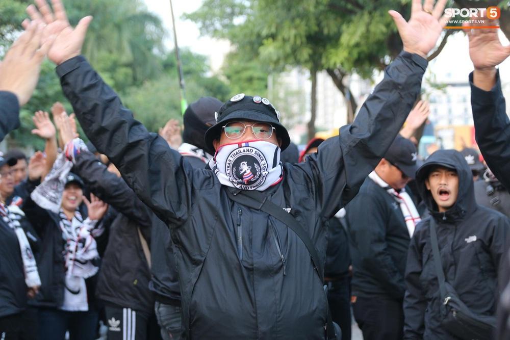 CĐV Thái Lan đốt pháo sáng mù mịt, tập trung hát hò huyên náo bên ngoài khách sạn tuyển Việt Nam - Ảnh 13.