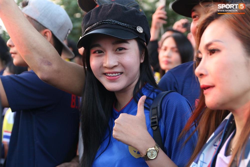 CĐV Thái Lan đốt pháo sáng mù mịt, tập trung hát hò huyên náo bên ngoài khách sạn tuyển Việt Nam - Ảnh 11.