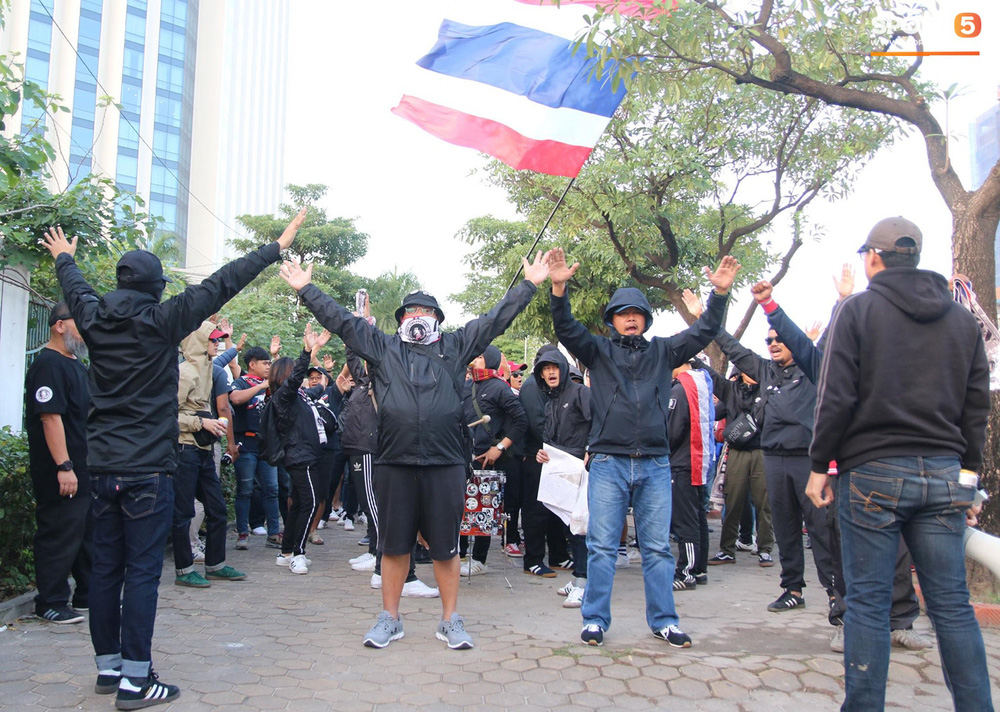 CĐV Thái Lan đốt pháo sáng mù mịt, tập trung hát hò huyên náo bên ngoài khách sạn tuyển Việt Nam - Ảnh 8.