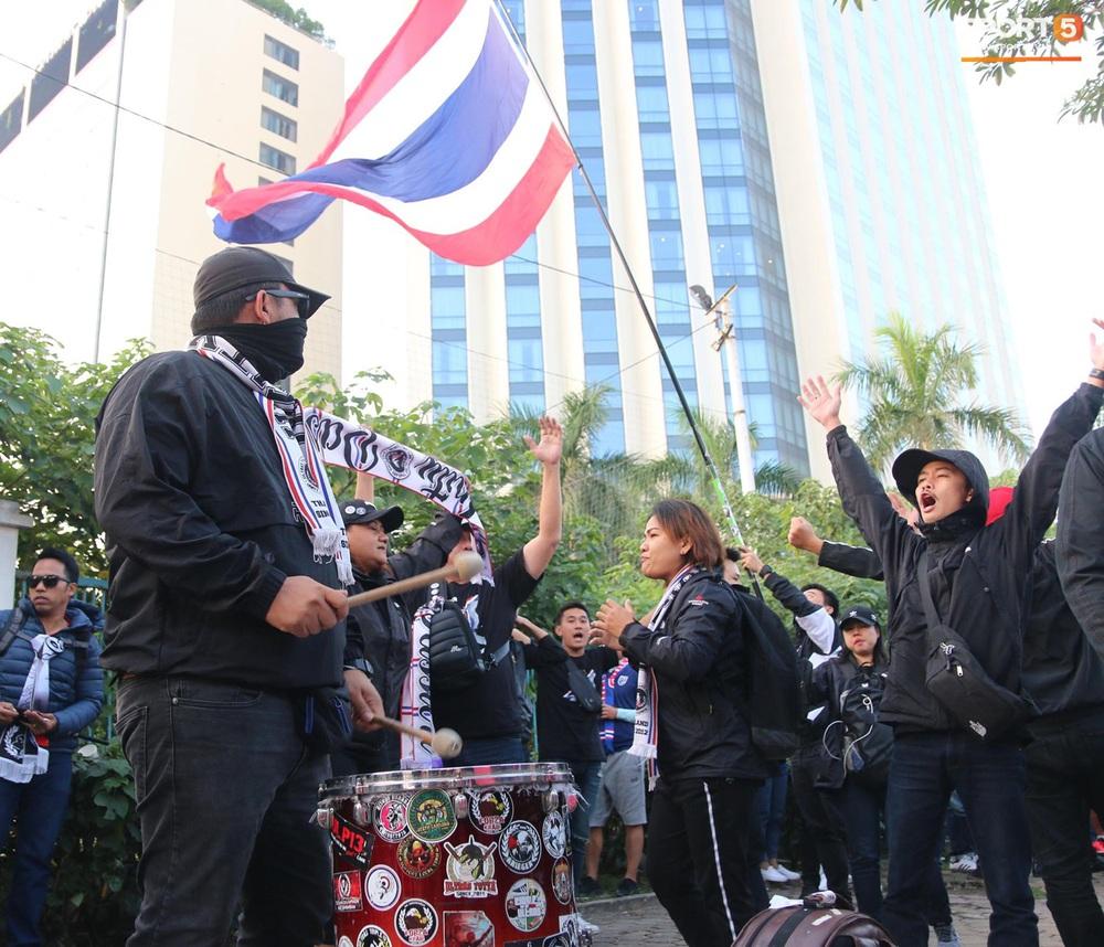 CĐV Thái Lan đốt pháo sáng mù mịt, tập trung hát hò huyên náo bên ngoài khách sạn tuyển Việt Nam - Ảnh 9.