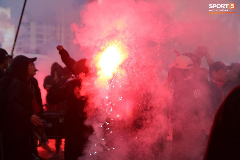 CĐV Thái Lan đốt pháo sáng mù mịt, tập trung hát hò huyên náo bên ngoài khách sạn tuyển Việt Nam - Ảnh 3.