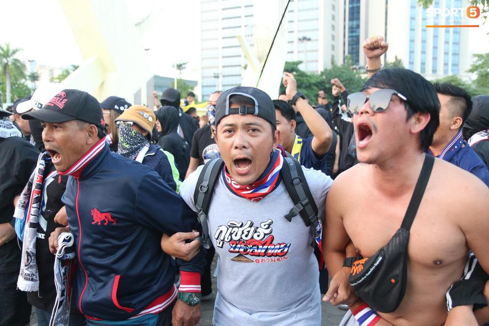 CĐV Thái Lan đốt pháo sáng mù mịt, tập trung hát hò huyên náo bên ngoài khách sạn tuyển Việt Nam - Ảnh 2.