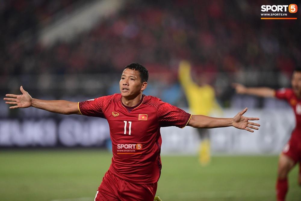 Xúc động hình ảnh HLV Park Hang-seo ôm chặt Anh Đức sau trận hòa Thái Lan: Tạm biệt một huyền thoại, tạm biệt người hùng AFF Cup! - Ảnh 8.