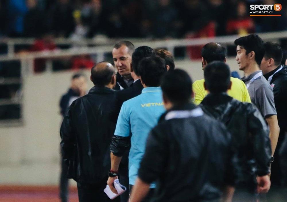 Trợ lý tuyển Thái Lan cà khịa khiến HLV Park Hang-seo nổi giận sau trận đại chiến trên sân Mỹ Đình - Ảnh 4.