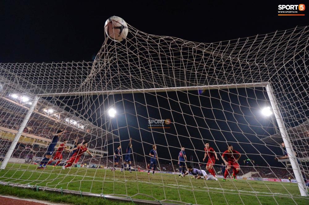 Bị tước bàn thắng, cầu thủ Việt Nam phản ứng dữ dội cho tới khi nhận ra thủ môn Thái Lan bị đau cần sơ cứu - Ảnh 2.
