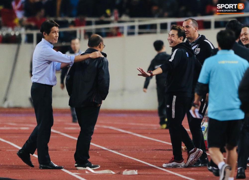 Trợ lý tuyển Thái Lan cà khịa khiến HLV Park Hang-seo nổi giận sau trận đại chiến trên sân Mỹ Đình - Ảnh 6.
