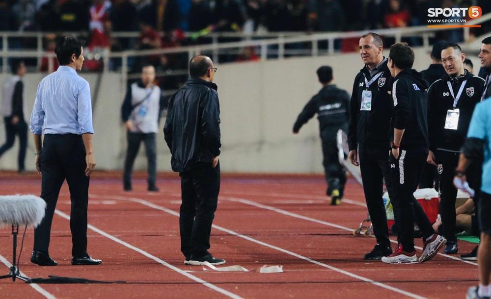Trợ lý tuyển Thái Lan cà khịa khiến HLV Park Hang-seo nổi giận sau trận đại chiến trên sân Mỹ Đình - Ảnh 3.