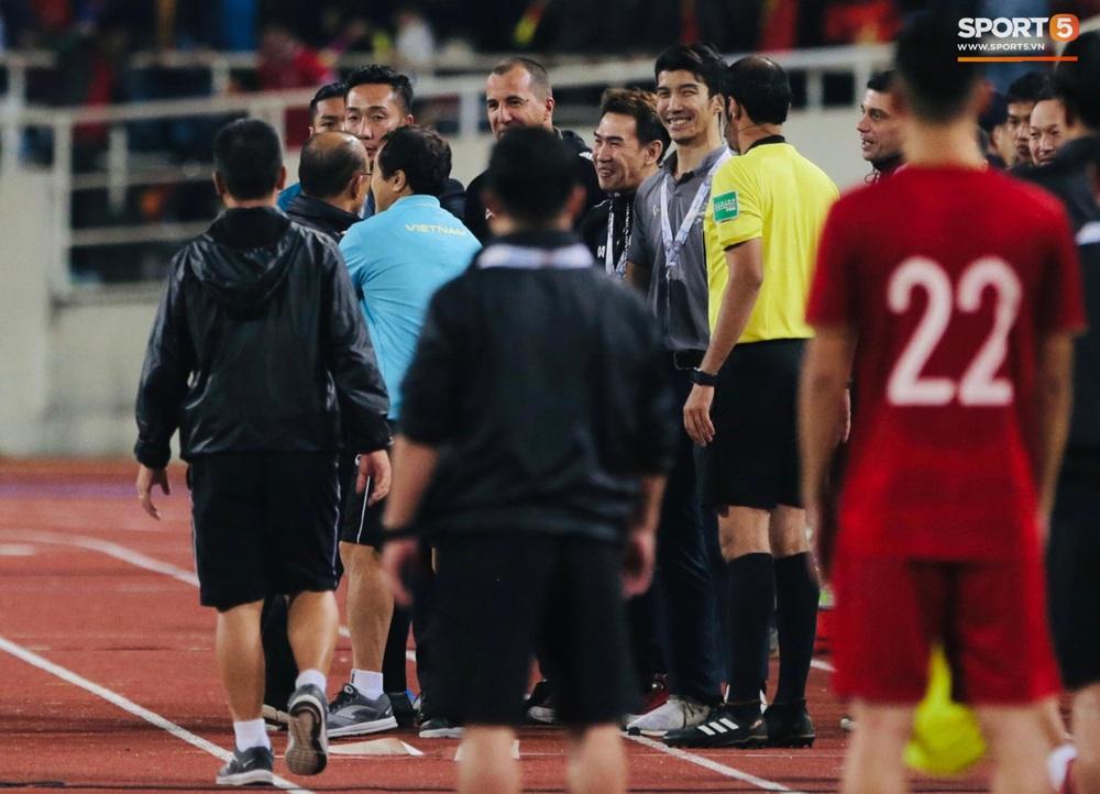 Trợ lý tuyển Thái Lan cà khịa khiến HLV Park Hang-seo nổi giận sau trận đại chiến trên sân Mỹ Đình - Ảnh 7.