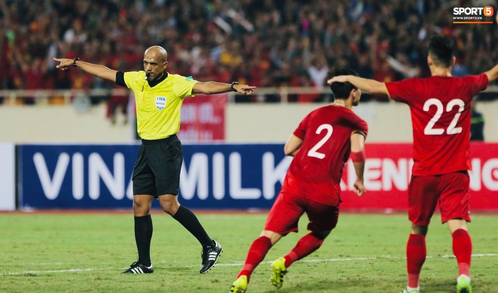 Bị tước bàn thắng, cầu thủ Việt Nam phản ứng dữ dội cho tới khi nhận ra thủ môn Thái Lan bị đau cần sơ cứu - Ảnh 4.