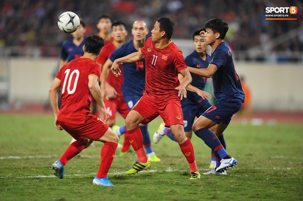 Xúc động hình ảnh HLV Park Hang-seo ôm chặt Anh Đức sau trận hòa Thái Lan: Tạm biệt một huyền thoại, tạm biệt người hùng AFF Cup! - Ảnh 2.
