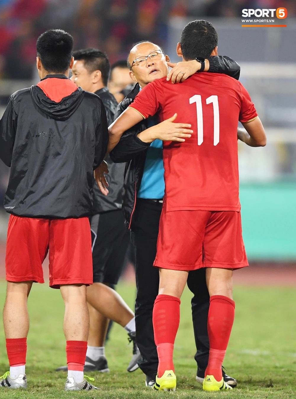 Xúc động hình ảnh HLV Park Hang-seo ôm chặt Anh Đức sau trận hòa Thái Lan: Tạm biệt một huyền thoại, tạm biệt người hùng AFF Cup! - Ảnh 4.