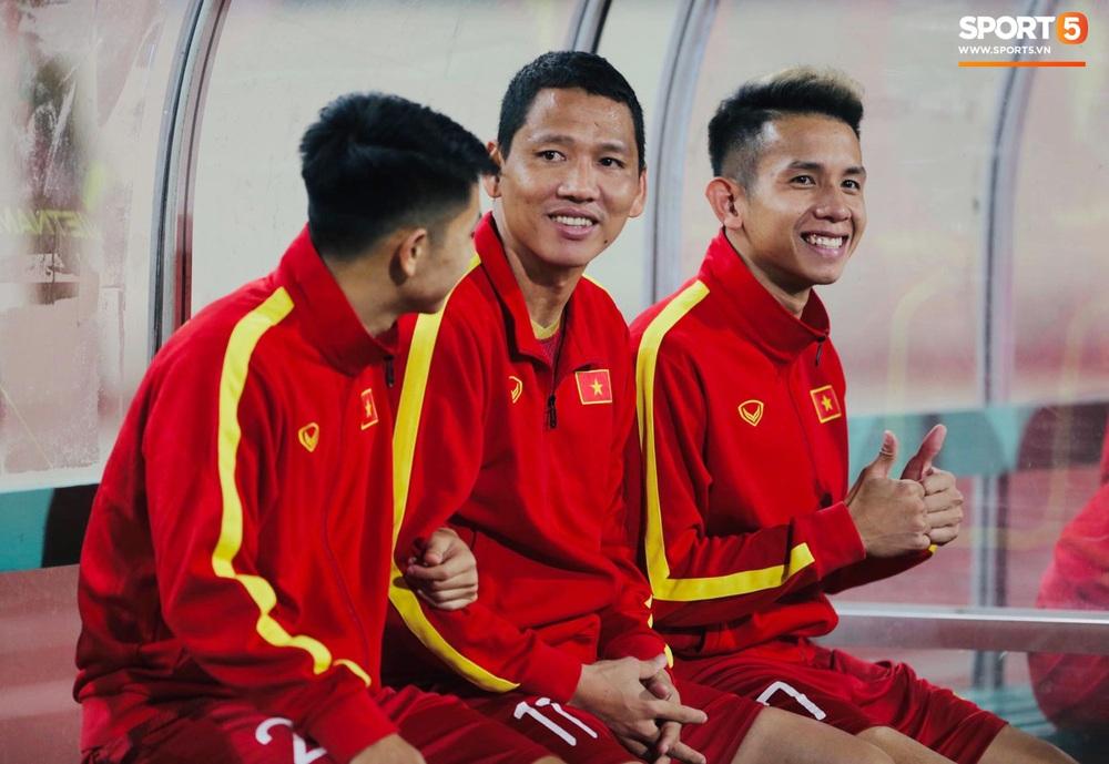 Xúc động hình ảnh HLV Park Hang-seo ôm chặt Anh Đức sau trận hòa Thái Lan: Tạm biệt một huyền thoại, tạm biệt người hùng AFF Cup! - Ảnh 1.