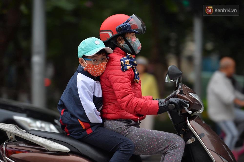 Chùm ảnh: Người Hà Nội khoác áo ấm, co ro trong đợt rét nhất từ đầu đông - Ảnh 12.