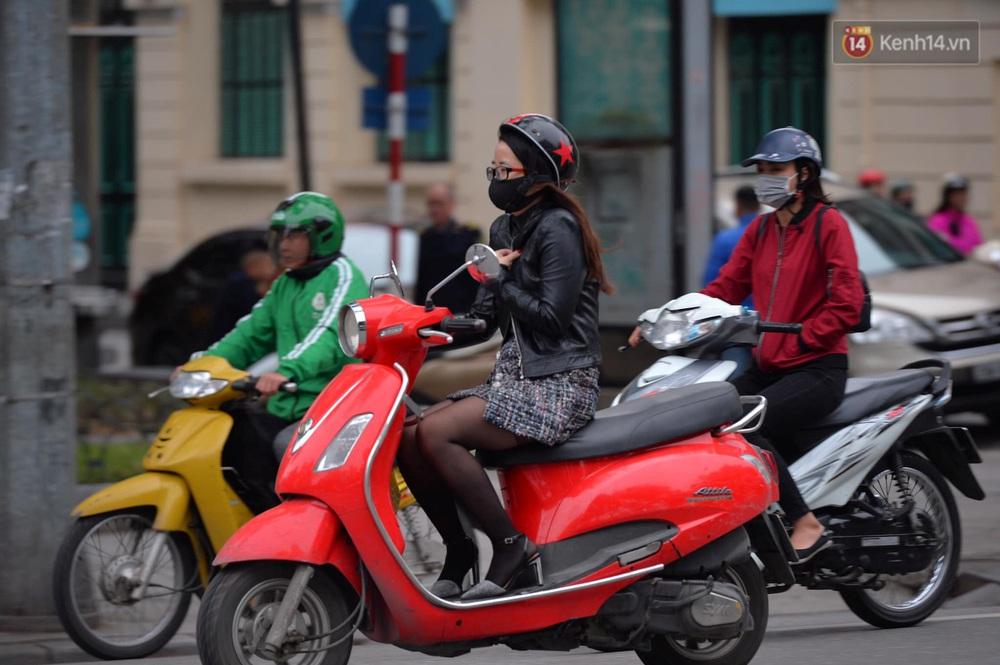 Chùm ảnh: Người Hà Nội khoác áo ấm, co ro trong đợt rét nhất từ đầu đông - Ảnh 3.