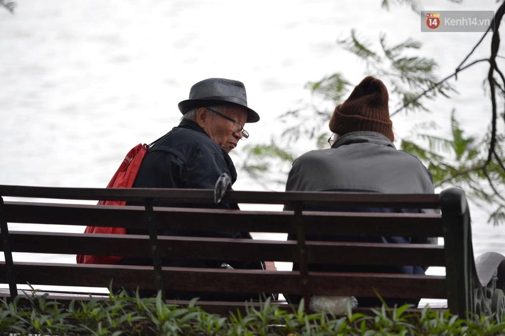 Chùm ảnh: Người Hà Nội khoác áo ấm, co ro trong đợt rét nhất từ đầu đông - Ảnh 13.