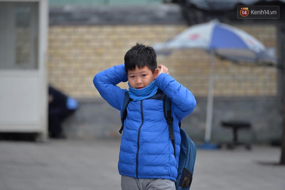 Chùm ảnh: Người Hà Nội khoác áo ấm, co ro trong đợt rét nhất từ đầu đông - Ảnh 11.