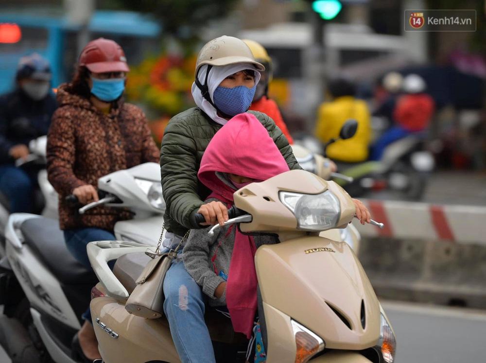 Chùm ảnh: Người Hà Nội khoác áo ấm, co ro trong đợt rét nhất từ đầu đông - Ảnh 4.