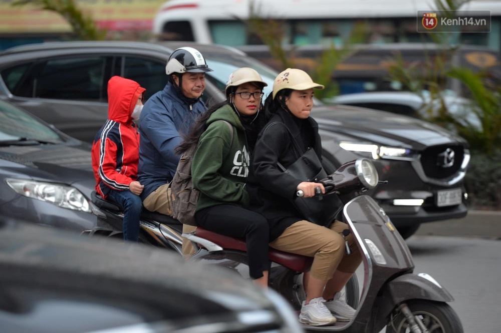 Chùm ảnh: Người Hà Nội khoác áo ấm, co ro trong đợt rét nhất từ đầu đông - Ảnh 5.