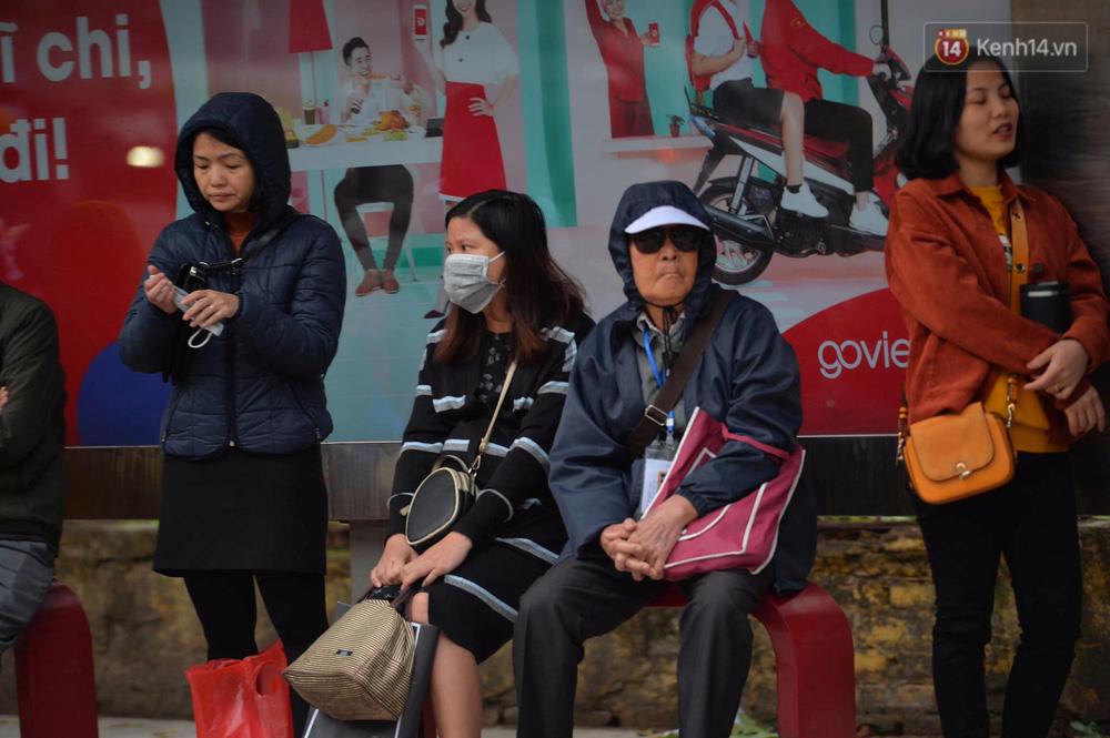 Chùm ảnh: Người Hà Nội khoác áo ấm, co ro trong đợt rét nhất từ đầu đông - Ảnh 9.