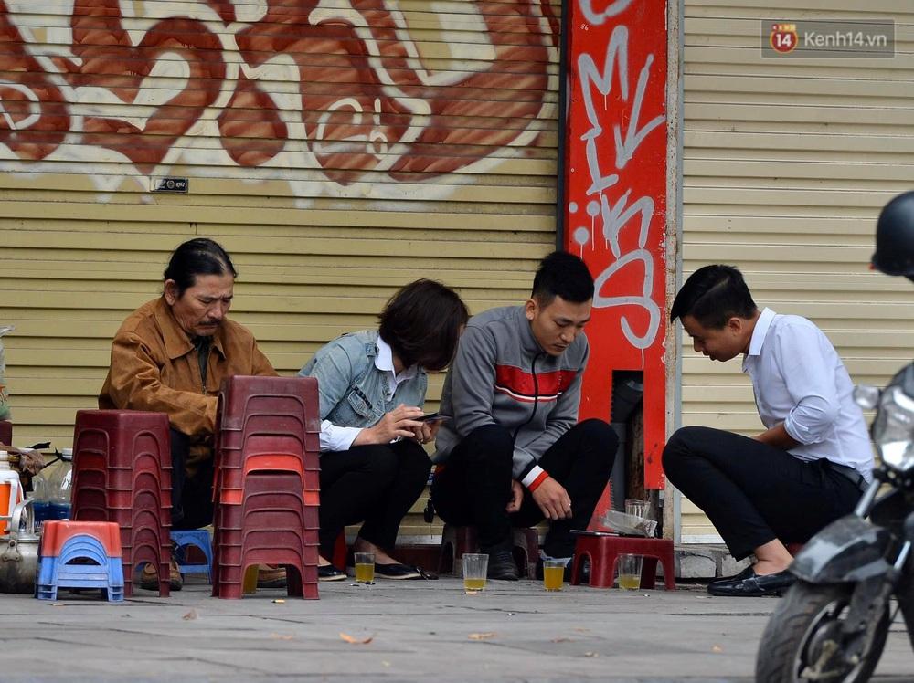 Chùm ảnh: Người Hà Nội khoác áo ấm, co ro trong đợt rét nhất từ đầu đông - Ảnh 8.