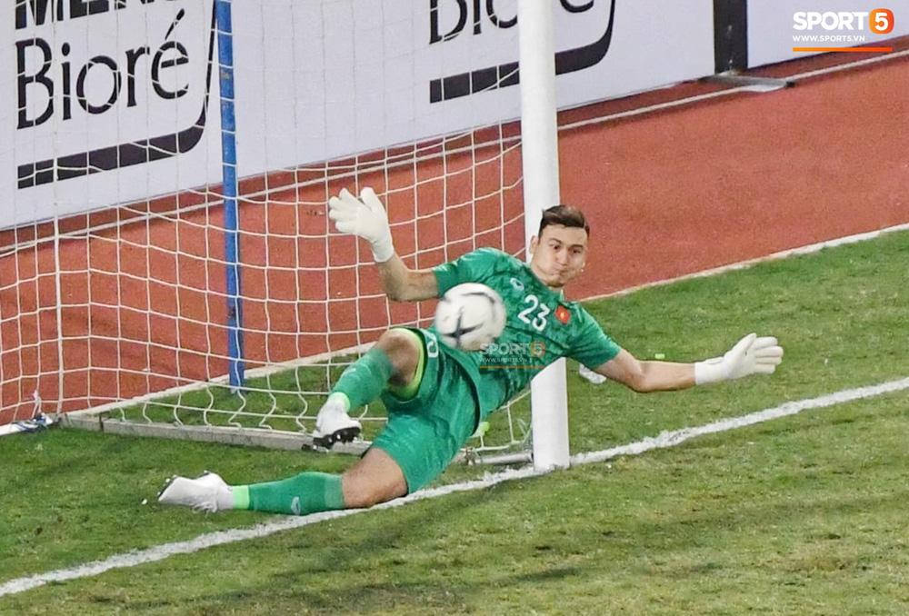 Bị tước bàn thắng, cầu thủ Việt Nam phản ứng dữ dội cho tới khi nhận ra thủ môn Thái Lan bị đau cần sơ cứu - Ảnh 8.