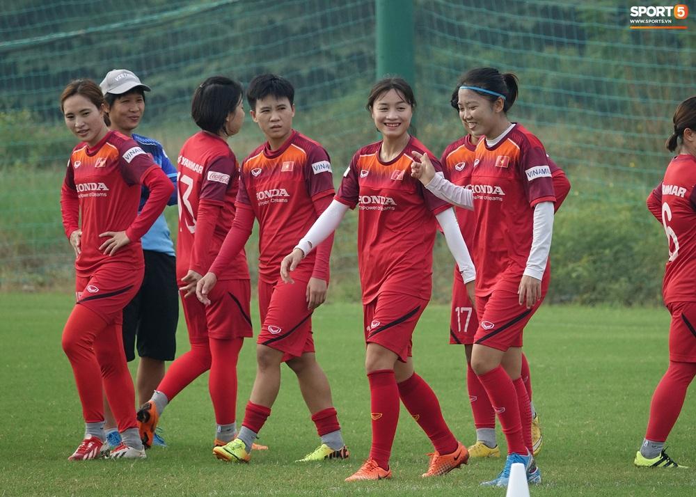 Đội tuyển nữ Việt Nam rèn bài đá phạt đền, tự tin trước giờ lên đường tham dự SEA Games 2019 - Ảnh 1.