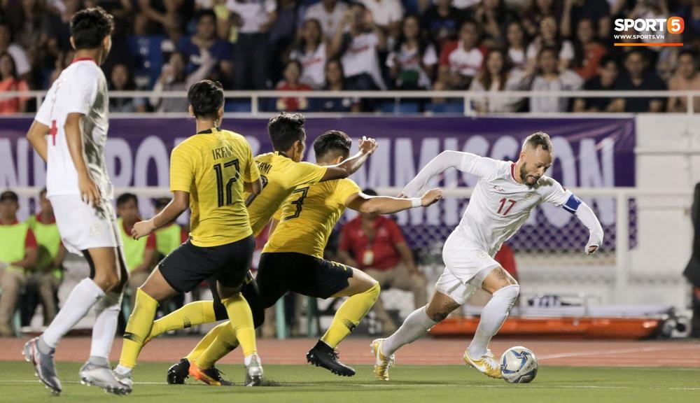Thủ môn U22 Malaysia mắc sai lầm khó đỡ, cứu chủ nhà U22 Philippines thoát cảnh bị loại ngay từ vòng bảng - Ảnh 1.