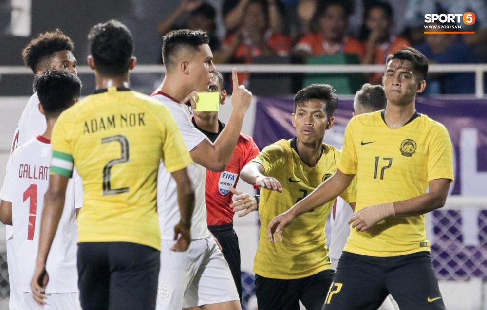 Thủ môn U22 Malaysia mắc sai lầm khó đỡ, cứu chủ nhà U22 Philippines thoát cảnh bị loại ngay từ vòng bảng - Ảnh 8.