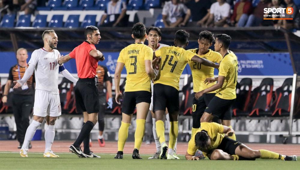 Thủ môn U22 Malaysia mắc sai lầm khó đỡ, cứu chủ nhà U22 Philippines thoát cảnh bị loại ngay từ vòng bảng - Ảnh 9.