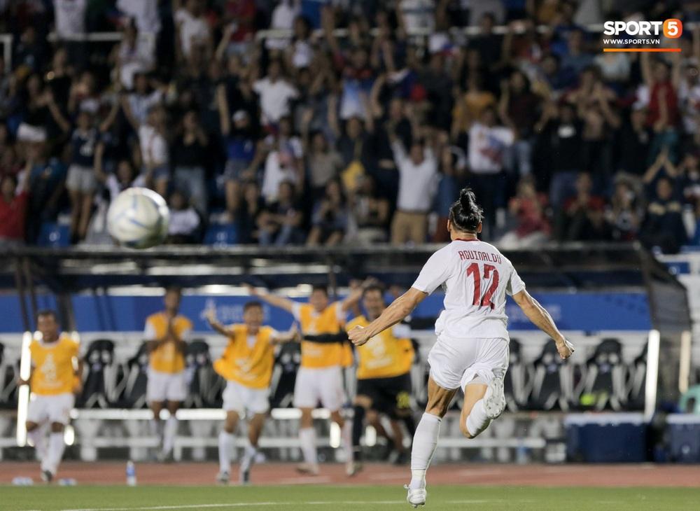 Thủ môn U22 Malaysia mắc sai lầm khó đỡ, cứu chủ nhà U22 Philippines thoát cảnh bị loại ngay từ vòng bảng - Ảnh 3.