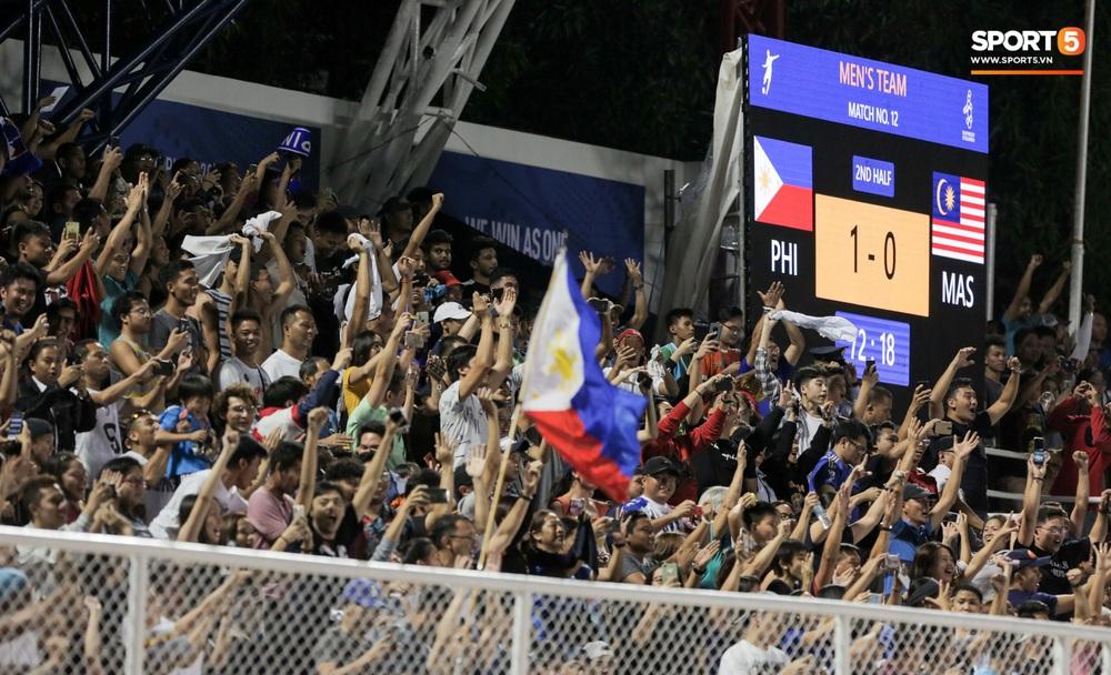 Thủ môn U22 Malaysia mắc sai lầm khó đỡ, cứu chủ nhà U22 Philippines thoát cảnh bị loại ngay từ vòng bảng - Ảnh 7.