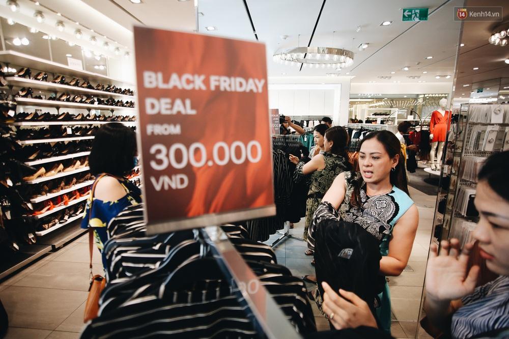 Ảnh: Tranh thủ giờ nghỉ trưa, người dân Hà Nội và Sài Gòn đổ xô tới các TTTM để săn hàng hiệu giảm giá dịp Black Friday - Ảnh 22.
