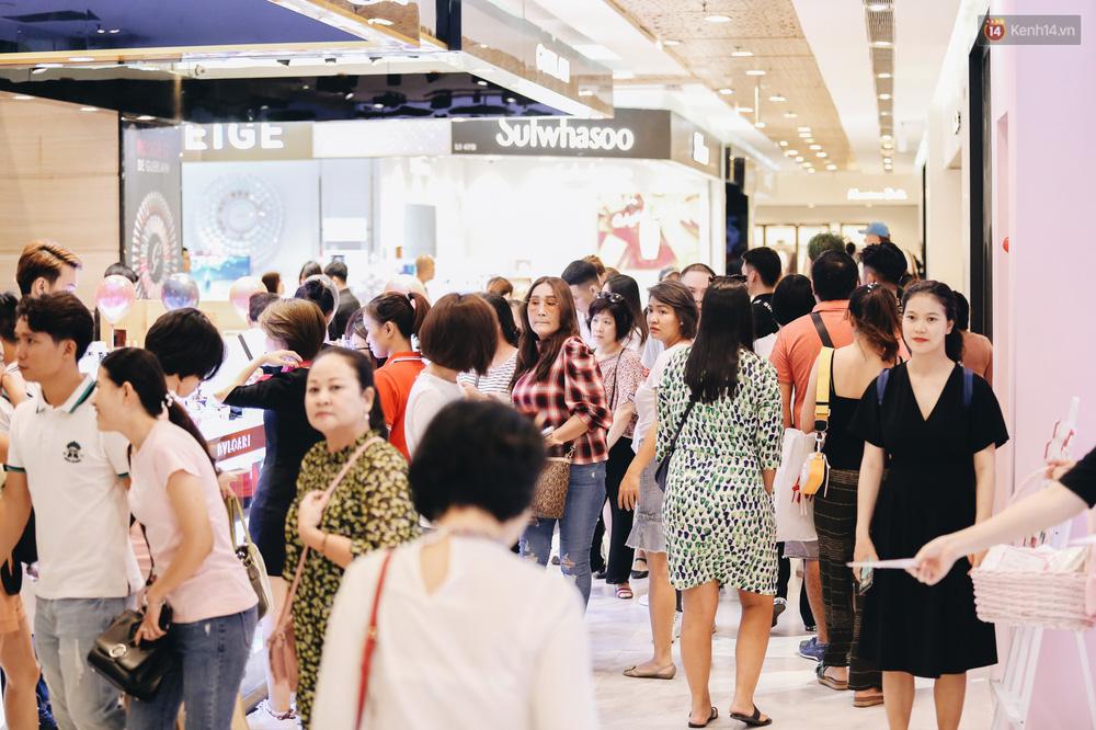 Ảnh: Tranh thủ giờ nghỉ trưa, người dân Hà Nội và Sài Gòn đổ xô tới các TTTM để săn hàng hiệu giảm giá dịp Black Friday - Ảnh 14.