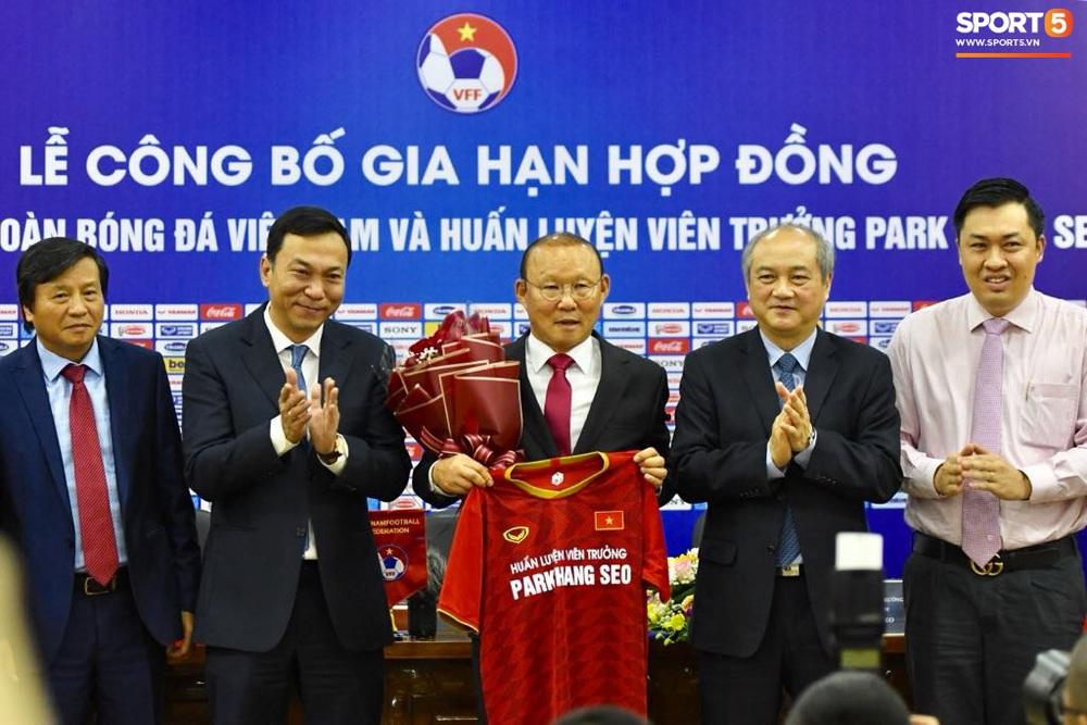 HLV Park Hang-seo nói cảm ơn bằng tiếng Việt, tự hỏi liệu đây có phải lần cuối cùng ký hợp đồng với VFF hay không - Ảnh 4.